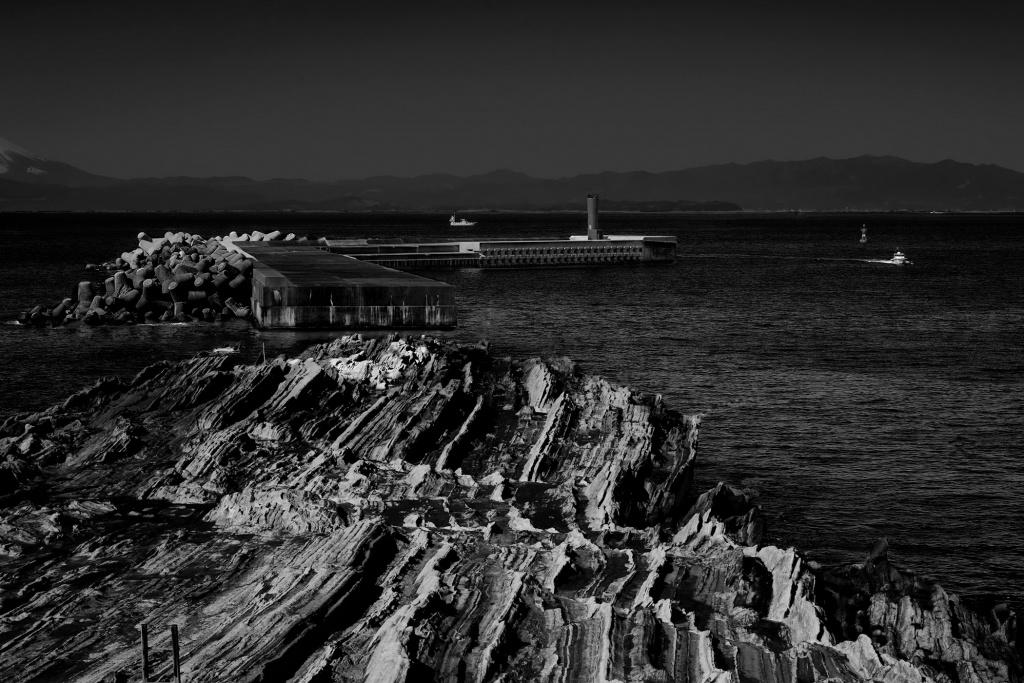 城ヶ島 磯 灯台 グロテスクな海景