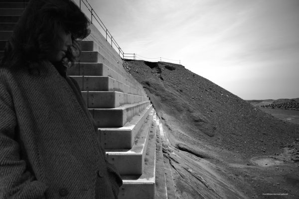 惑星と文明 20-005 強風と砂とTの肖像