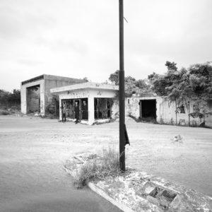 砂景 越境者と廃ガソリンスタンド