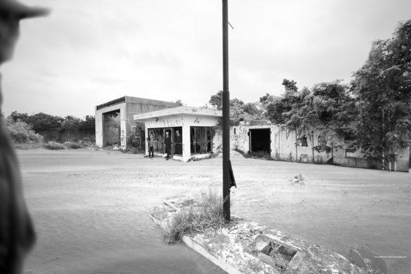 砂景 20-006 越境者と廃ガソリンスタンド