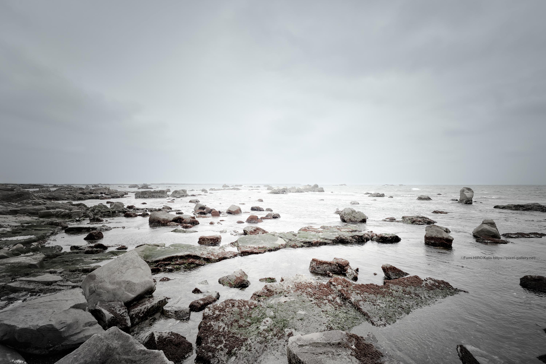 Past Light 20-014 穏やかな磯から続く海景